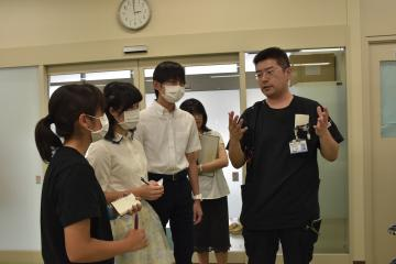 医師(右)から説明を受ける高校生=笠間市鯉淵の県立中央病院