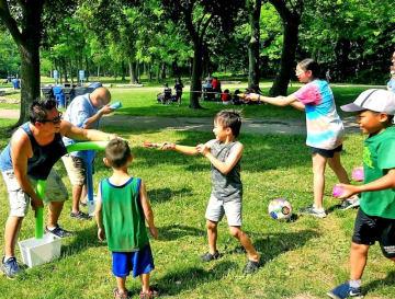 ゲームで水のかけ合いを楽しむ参加者=カナダ・トロント市内(中原かね子さん提供)