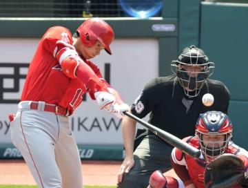 インディアンス戦の1回、左中間二塁打を放つエンゼルス・大谷=クリーブランド(共同)