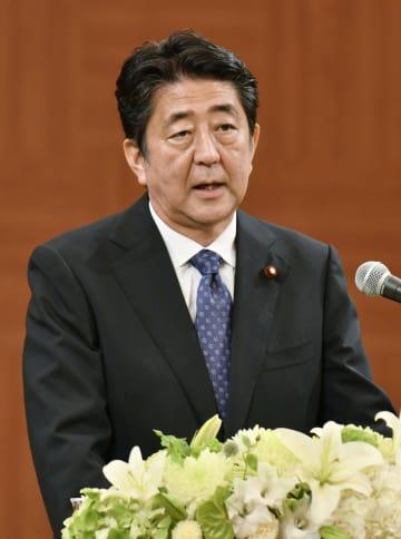 広島市内で記者会見する安倍首相=6日午前