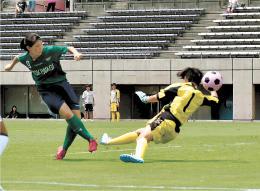 サッカー女子決勝 日ノ本学園-常盤木学園 後半25分、常盤木学園のFW中村(左)がシュートを決め、2-0とする