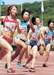 女子200メートル準決勝で、県高校記録を上回る24秒26を出した柴田の三浦(左から2人目)