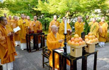 原爆投下時刻前に営まれた犠牲者を追悼し世界平和を祈る法要(6日午前8時9分、京都市東山区・智積院)
