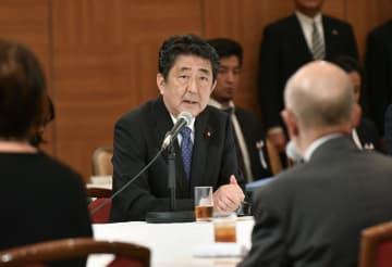 広島の被爆者7団体の代表らと面会する安倍首相=6日午前、広島市