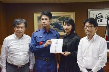 広島県の湯崎英彦知事(左から2人目)に、義援金の目録を手渡す女優のんさん(同3人目)=6日午前、広島県庁