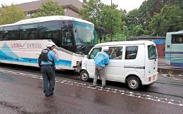 対向車線にはみ出し、高速バスに衝突した軽ワゴン車=6日午前8時55分ごろ