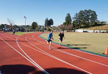 市の中学駅伝チームの練習場として貸し出されている同社グラウンド(2015年12月/町田市教育委員会提供)