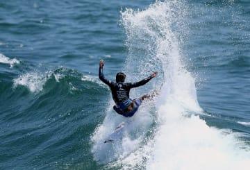 サーフィンの全米オープン準決勝で技を繰り出す五十嵐カノア=ハンティントンビーチ(ゲッティ=共同)