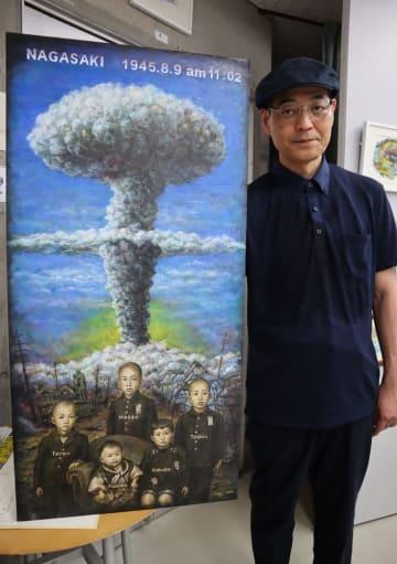 油彩画「きのこ雲の下で」と、制作した出口順二さん=長崎市、タイピント画廊