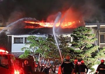【消火活動にあたる消防署員ら=5日午後10時ごろ、和歌山県那智勝浦町湯川で】