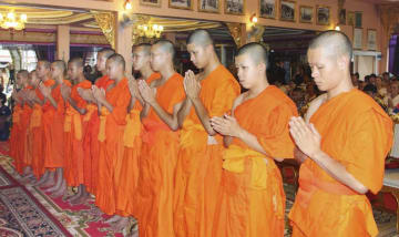仏教儀式に参列する少年たち=4日、タイ北部チェンライ(チェンライ当局提供、共同)