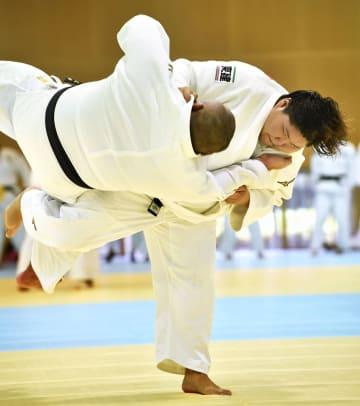 練習する柔道女子の朝比奈沙羅=味の素ナショナルトレーニングセンター