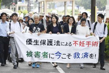 旧優生保護法下での強制不妊手術を巡る訴訟の第1回口頭弁論のため、東京地裁に向かう原告団=6日午後、東京・霞が関