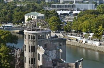 被爆から73年の「原爆の日」を迎え、行われた平和記念式典。手前は原爆ドーム=6日午前8時15分、広島市の平和記念公園