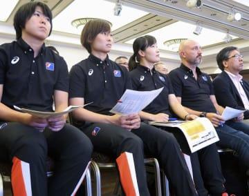 アジア選手権の組み合わせ抽選を見守る、ハンドボール女子日本代表のキルケリー監督(右から2人目)と主将の原(左から2人目)ら=6日、熊本市