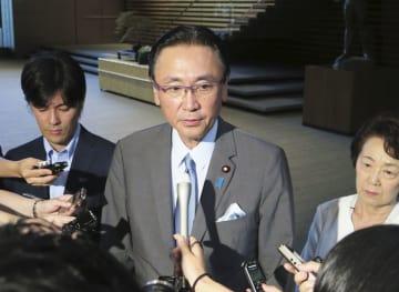 菅官房長官と会談後、取材に応じる古屋圭司衆院議院運営委員長=6日午後、首相官邸