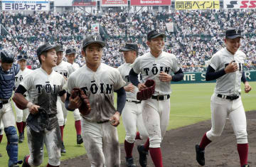 初戦を突破し笑顔を見せる(手前左から)中川、根尾、柿木ら大阪桐蔭ナイン=甲子園