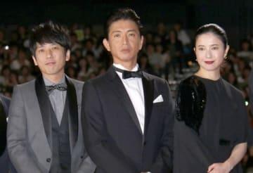 映画「検察側の罪人」の完成披露試写会に登場した(左から)「嵐」の二宮和也さん、木村拓哉さん、吉高由里子さん