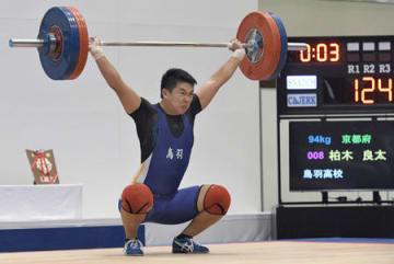 重量挙げ男子94キロ級 スナッチ3回目に124キロを挙げた鳥羽の柏木。トータルで2位になった(三重県亀山市・西野公園体育館)