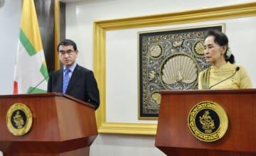 会談後に共同記者会見する河野外相(左)とミャンマーのアウン・サン・スー・チー国家顧問兼外相=6日、ネピドー(共同)