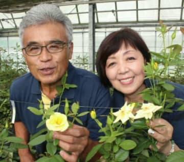 園栽培のバラをPRする本田幸夫会長(左)、あけみ代表夫婦