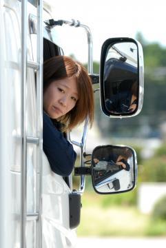 大型トラックを運転する茨城荷役運輸の上森麻里さん=茨城町長岡