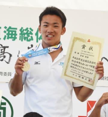 男子スプリント・カナディアンシングル200メートルで初優勝し、表彰式で笑顔を見せる不来方の吉田俊吾=6日、岐阜県海津市・長良川国際レガッタコース