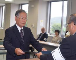 当選証書を受け取る吉田氏=6日午前10時すぎ、福島県浪江町役場