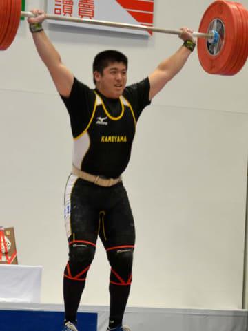【重量挙げ男子94キロ級スナッチで自己新記録を出して優勝した亀山高の増田竜星=亀山市西野公園体育館で】