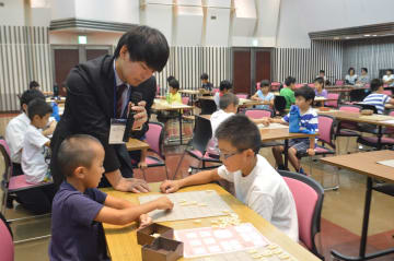 子どもたちに将棋を教える長谷部さん