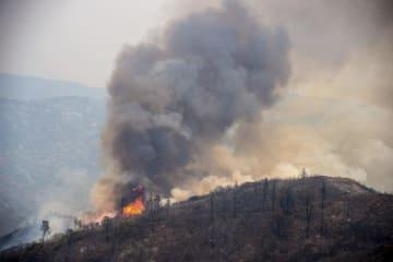 6日、米カリフォルニア州の山岳地帯の火事(Paul Kitagaki Jr./The Sacramento Bee、AP=共同)