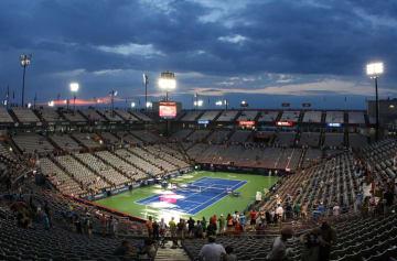 テニスのロジャーズ・カップ、降雨のため試合が中断されたセンターコート=6日、モントリオール(USA TODAY・ロイター=共同)