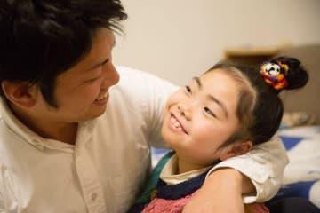 谷岡さんと、娘の紗帆ちゃん。「癒しのスマイルには疲れも吹っ飛びます」と谷岡さん(撮影:東真子)