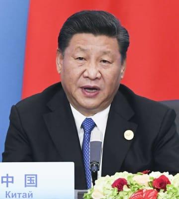 上海協力機構の首脳会議後、共同記者会見であいさつする中国の習近平国家主席=6月10日、中国山東省青島(共同)