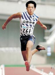 男子三段跳び決勝 15メートル70で優勝した山形中央の松田