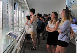 真剣なまなざしで展示に見入る欧米からの観光客=広島市、広島平和記念資料館