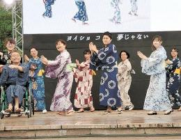 東京五輪音頭の踊りを披露する千田さん(前列右から2人目)