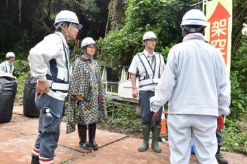 永野専務(右から2人目)に密着し、仕事の内容などを学ぶ門川さん(同3人目)