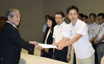 自民党市議団から要望書を受け取る大阪市の吉村洋文市長(右)=7日、大阪市役所
