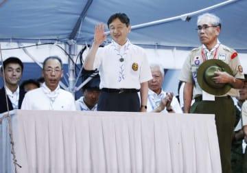 第17回日本スカウトジャンボリーの大集会で、出席者に手を振られる皇太子さま=7日夜、石川県珠洲市