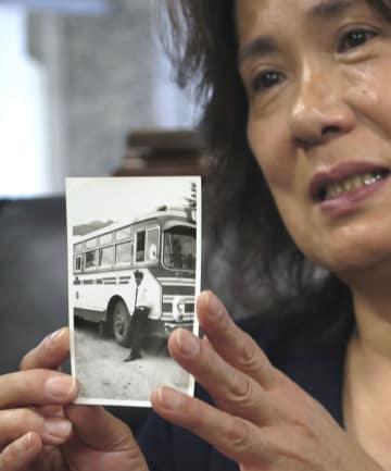 清川勇さんの写真を手に記者会見する長男正久さんの妻美枝子さん=7日午後、札幌市