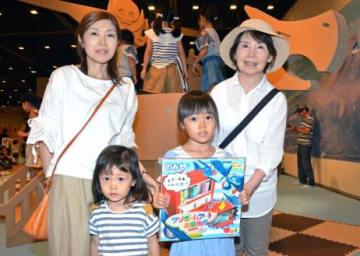 来場2万人目となった松下愛生さん(右から2人目)と家族=鹿児島市の黎明館