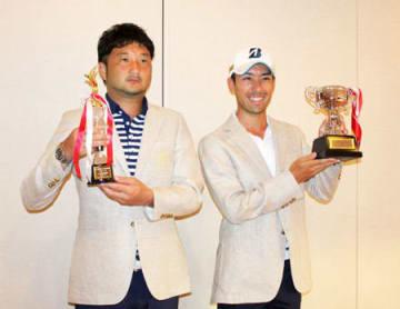 初優勝した青山プロ(右)とベストアマを受賞した大島=甲賀市、ザ・カントリークラブ