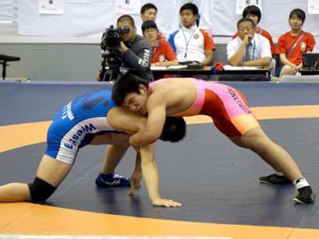 レスリング男子80キロ級決勝 接戦を制して初優勝した網野の高橋(右)=津市産業SC