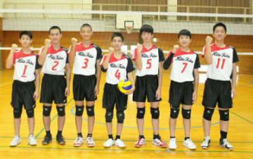 九州大会に向けて粘りのある全員バレーで挑む東部中男子バレーボール部=日田市