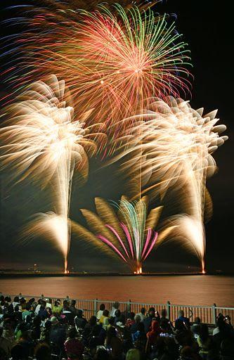 青森ねぶた祭のフィナーレを飾り1万1千発が夜空に大輪の花を咲かせた青森花火大会=7日夜、青森市の青い海公園