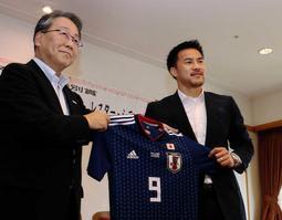 神戸市に日本代表のW杯ユニホームを贈ったFW岡崎慎司(右)。4年後も袖を通すつもりだ=7月20日、神戸市役所