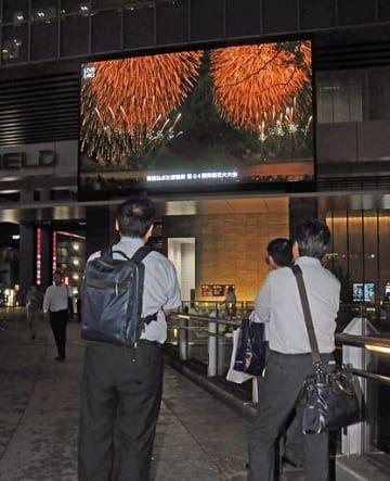 秋葉原駅前の大型ビジョンに映し出された青森花火大会=7日夜、東京・秋葉原
