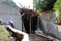 格子状の鋼管が大量の流木と土砂をせき止めた透過型砂防ダム=7月14日、宍粟市波賀町小野