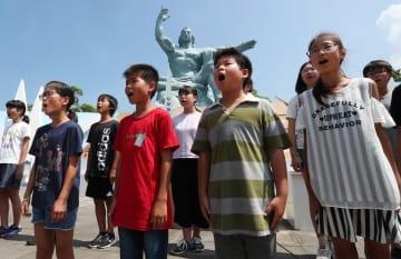 平和祈念式典のリハーサルで合唱する山里小の児童=長崎市、平和公園